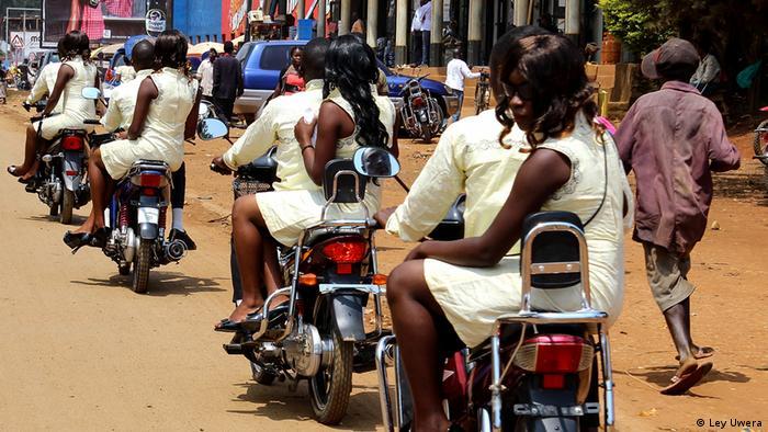 Motorcycle Marriage, Everyday Africa: Eine Hochzeitsgesellschaft auf Motorrollern (Ley Uwera)