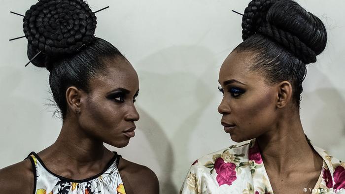 Zwei schwarze Frauen mit Turmfrisuren blicken sich an, Everyday Africa (Yagazie Emezi)