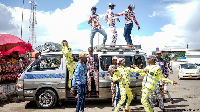 Material Culture, Everyday Africa: Eine Gruppe junger Männer posiert und tanzt vor und auf einem Kleintransporter (Zinyange Auntony)