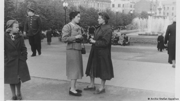 Ольга Рауэ в Москве с подругой и соседкой по комнате в общежитии Мартой (справа), которая тайно доносила на нее