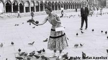 Olga Raue und ihr Personenschützer im Venedig. 1957