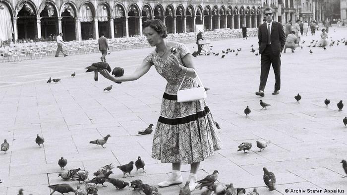 Ольга Рауэ в Венеции. На заднем плане - телохранитель ЦРУ, которое и организовало эту поездку
