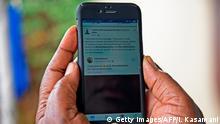 Uganda Frau mit Smartphone & Facebook