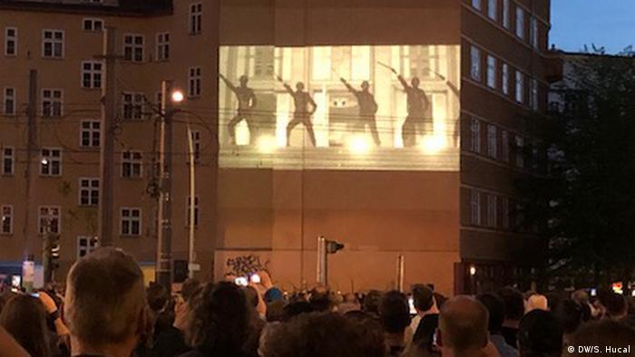 Rammstein-Fans versammelten sich in der Torstraße in der Mitte Berlins zur Premiere einer neuen Single und ihres auf ein Gebäude projizierten Videos