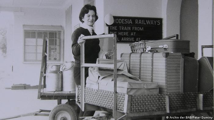 Ruth Weiss neben einem Wagen mit Koffern