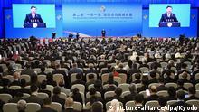 26.04.2019, China, Peking: Wladimir Putin (l), Präsident von Russland, schüttelt nach seiner Rede die Hand von Xi Jinping, Präsident von China, während der Eröffnungsfeier des zweiten Belt and Road Forum for International Cooperation (BRF). Foto: -/kyodo/dpa +++ dpa-Bildfunk +++ |