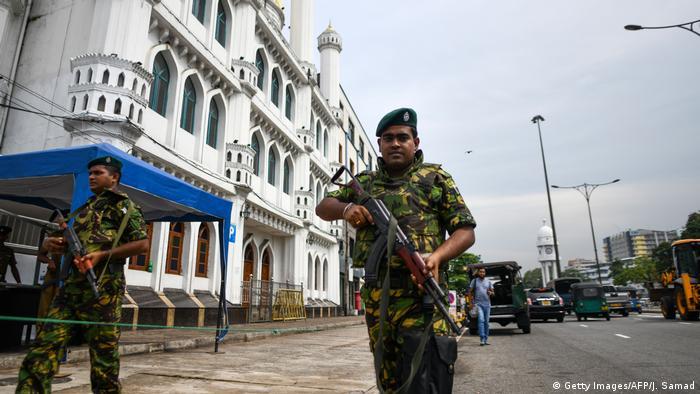 Soldados protegem uma mesquita na cidade cingalesa de Colombo