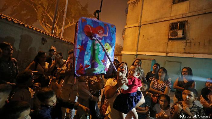 Venezuela Menschen suchen Spaß im Chaos Holy Week Tradition (Reuters/I. Alvarado)