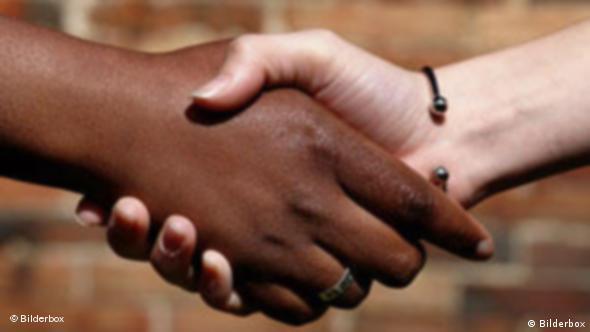 Eine schwarze und eine weiße Hand sollen das faire Miteinander zwischen Geber- und Nehmerländern in der Entwicklungspolitik symbolisieren. (Quelle: Bilderbox)