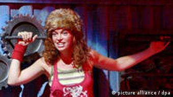 Olivia Vermeulen kao Zora i Adrian Strooper kao Branko u operi Die rote Zora