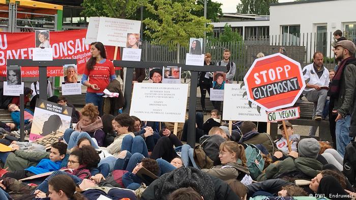 Do lado de fora do Centro de Conferências de Bonn, onde ocorreu reunião anual dos acionistas da Bayer, jovens protestaram contra a Bayer