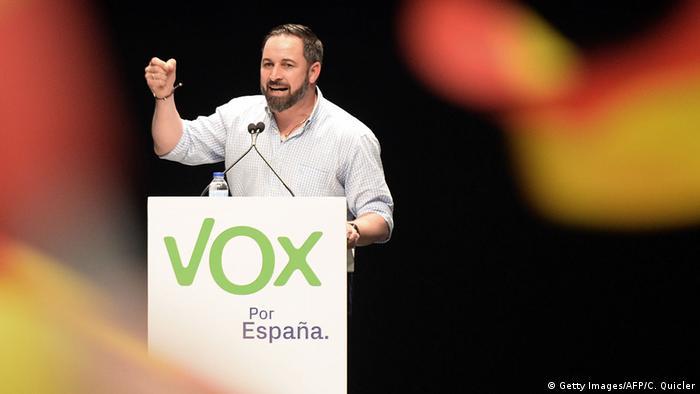 Santiago Abascal, líder do partido populista de direita espanhol Vox, discursa durante comício