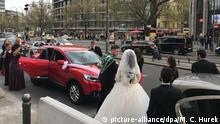 Eine türkische Hochzeitsgesellschaft feiert bei lauter Musik aus dem Autoradio am Straßenrand des Kurfürstendamms. Foto: M. C. Hurek | Verwendung weltweit