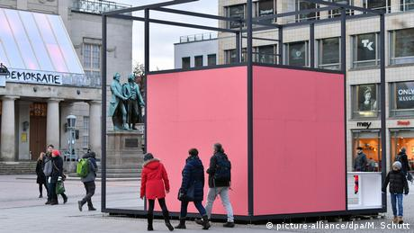 People walking around a pink cube which is the installation Gropius Room Pavilion (picture-alliance/dpa/M. Schutt)