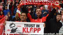 Fußball - Liverpooler Fans mit Jürgen Klopp Schild