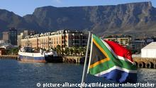Flagge von Suedafrika vor dem Tafelberg, Kapstadt, Suedafrika | Verwendung weltweit, Keine Weitergabe an Wiederverkäufer.