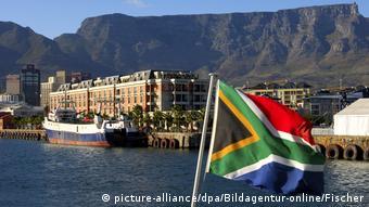 Südafrika Flagge vor Tafelberg, Kapstadt