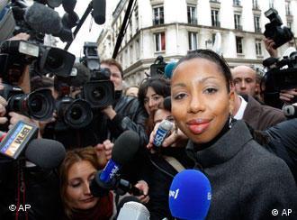 Nachdem klar wurde, dass sie den Prix Gancourt bekommt, wird Marie Ndiaye von Reportern umringt (Foto: ap)