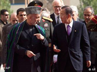 Hamid Karzai ketika menerima Sekjen PBB Ban Ki-moon di Kabul, (02/11)