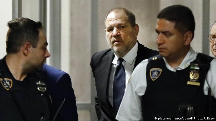 Полицейские сопровождают Харви Вайнштейна в суд
