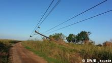 Titel: Mozambique: Many districts still without electricity after cyclone Idai Was zu sehen ist: Electric power poles fallen in Machaze Wann und wo: Machaze district in Manica province, Mozambique Copyright: Bernardo Jequete, DW