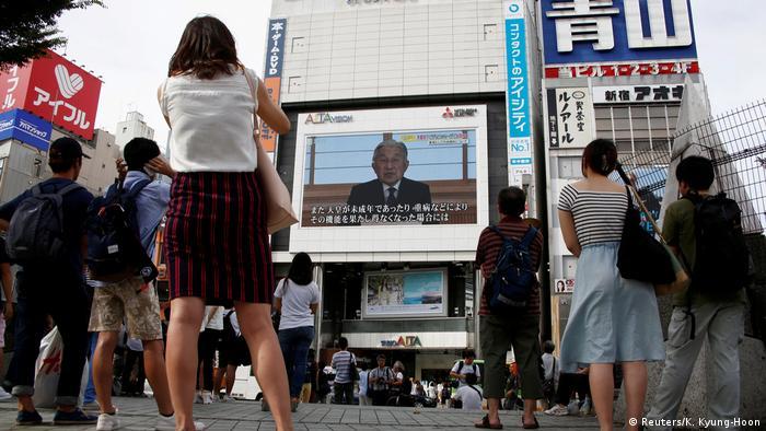 Japan - Fernsehbotschaft von Kaiser Akihito in Tokyo (Reuters/K. Kyung-Hoon)