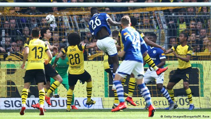 Fußball Bundesliga 31. Spieltag l BVB Dortmund vs FC Schalke 04 l Tor 1:2 Kopfball (Getty Images/Bongarts/M. Rose)