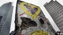 ARCHIV - Ein Mauerstueck steht am 12. Oktober 2009 in Berlin auf dem Berliner Mauerweg am Potsdamer Platz. Am 9. November 2009 wird in Berlin das zwanzigjaehrige Jubilaeum des Mauerfalls gefeiert. (AP Photo/Herbert Knosowski) ** zu unserem Korr. ** ---FILE - A remaining piece of the Berlin Wall stands at the Berlin Wall Trail at Potsdamer Platz in Berlin, Germany, in this Oct. 12, 2009 file photo. Germany will commemorate the 20th anniversary of the fall of the Berlin Wall on November 9, 2009. (AP Photo/Herbert Knosowski)