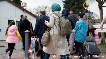 2016'da Aşağı Saksonya eyaletindeki bir sığınmacı kampına gelen Suriyeliler