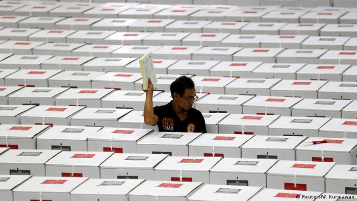 Indonesien Jakarta - Wahlhelfer (Reuters/W. Kurniawan)
