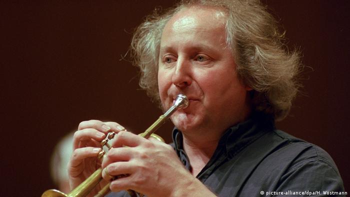 Reinhold Friedrich playing hte trumpet (picture-alliance/dpa/H. Wöstmann)
