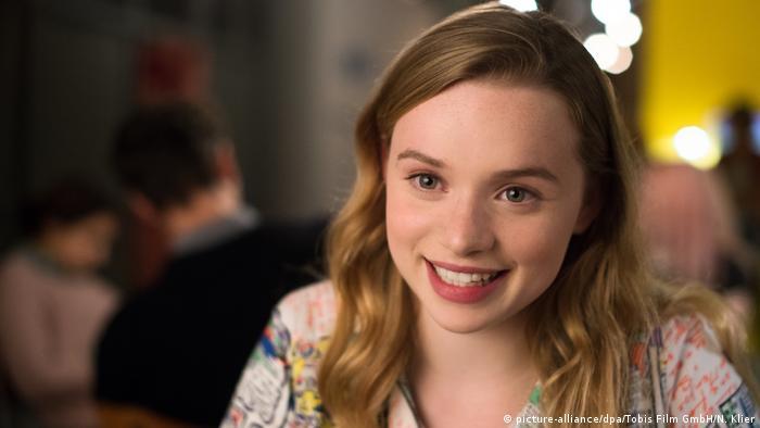 Filmstill - Das schönste Mädchen der Welt. Eine junge Frau, lächelnd (picture-alliance/dpa/Tobis Film GmbH/N. Klier)
