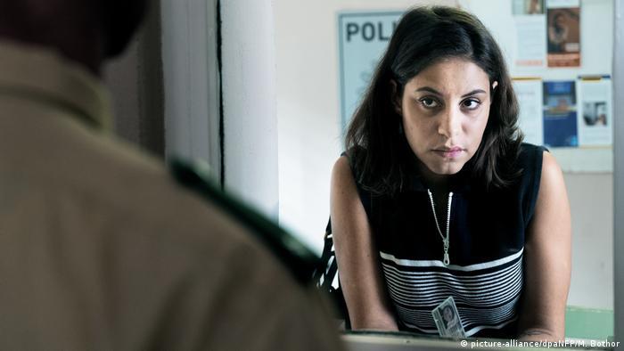 Filmstill - Nur eine Frau: Eine Frau blickt einen Polizisten an (picture-alliance/dpaNFP/M. Bothor)