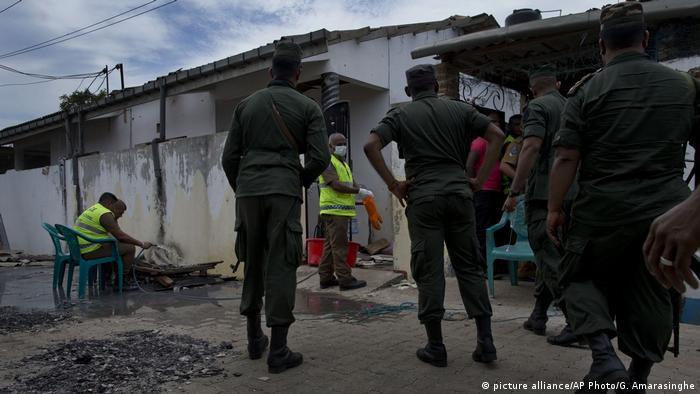 Polizisten sichern nach der Schießerei vom Samstag Beweise