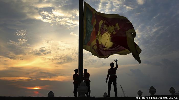 Soldaten in Colombo holen die Nationalflagge ein