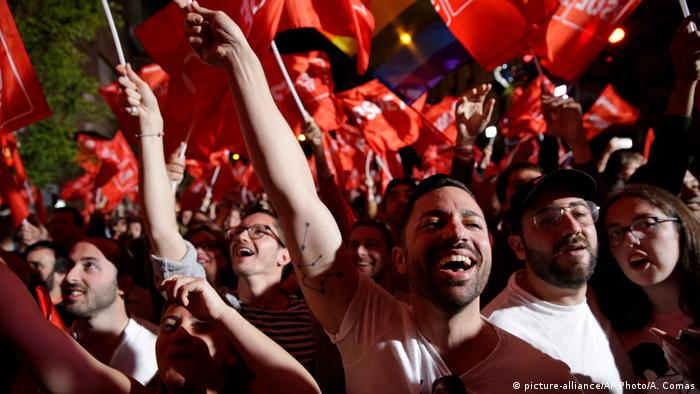 Spanien Parlamentswahlen in Madrid - Anhänger der PSOE (picture-alliance/AP Photo/A. Comas)