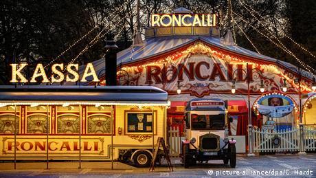 Das Zelt vom Circus Roncalli von Außen (picture-alliance/dpa/C. Hardt)
