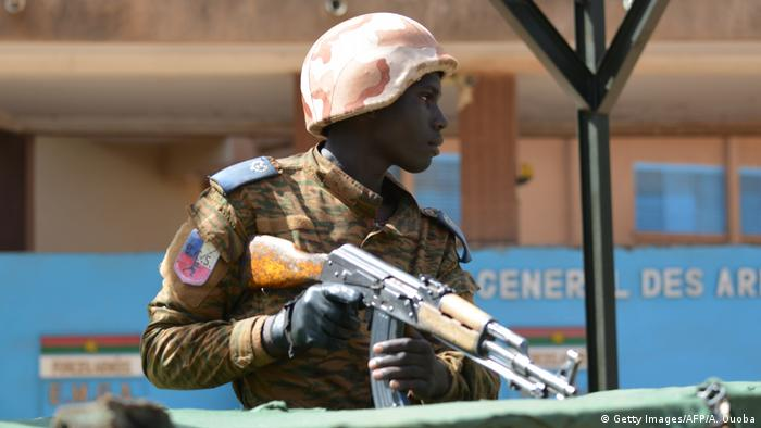 A soldier stands guard after a 2018 attack in Ouagadougou (Getty Images/AFP/A. Ouoba)