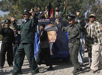 Pendukung Karzai di provinsi Herat menyambut diumumkannya Karzai sebagai pemenang Pemilu