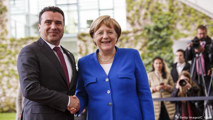 Deutschland Westbalkan-Gipfel Angela Merkel empfängt Zoran Zaev (Getty Images/C. Koall)