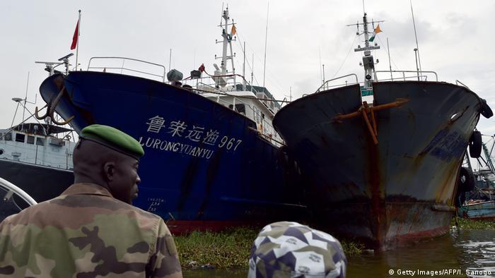کشتیهای ماهیگیری چینی در بندر آبیجان، در کشور ساحل عاج