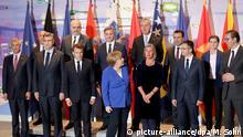 29.04.2019, Berlin: Angela Merkel (M) (CDU), Bundeskanzlerin, und Emmanuel Macron (vorne, 3vl), Staatspräsident von Frankreich, stehen beim Gruppenfoto mit Teilnehmern der Balkan-Konferenz im Kanzleramt. Deutschland und Frankreich haben einen neuen Anlauf genommen, um Wege aus dem festgefahrenen Konflikt zwischen Serbien und der abtrünnigen Provinz Kosovo zu finden. Foto: Michael Sohn/AP Pool/dpa | Verwendung weltweit