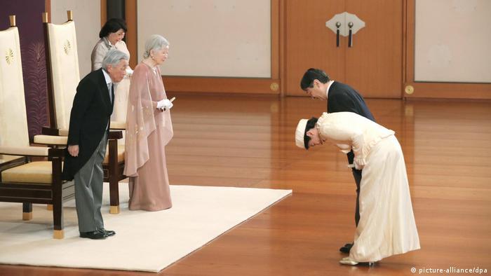 Imperador Akihito e a imperatriz-consorte Michiko cumprimentam o sucessor Naruhito e sua esposa Masako