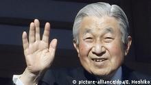 ARCHIV - 02.01.2019, Japan, Tokio: Kaiser Akihito von Japan winkt auf dem verglasten Balkon seines Chowa-Den-Palastes. Der 85-Jährige dankt am 30.04.2019 nach 30 Jahren auf dem Thron ab. Foto: Eugene Hoshiko/AP/dpa +++ dpa-Bildfunk +++ |