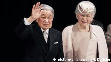ARCHIV - 24.02.2019, Japan, Tokyo: Der japanische Kaiser Akihito und Kaiserin Michiko grüßen das Publikum, nach einer Zeremonie, um das 30. Thronjubiläum Akihitos zu feiern. Aus gesundheitlichen Gründen dankt Kaiser Akihito am 01. Mai 2019 ab. Der 85-Jährige ist der erste Tenno der ältesten Erbmonarchie der Welt seit rund 200 Jahren, der noch zu Lebzeiten den Chrysanthementhron an seinen Nachfolger übergibt. Foto: Nicolas Datiche/Pool SIPA/dpa +++ dpa-Bildfunk +++  