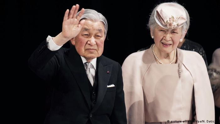 Mfalme wa Japan anayeondoka Akihito na mkewe Malkia Michiko