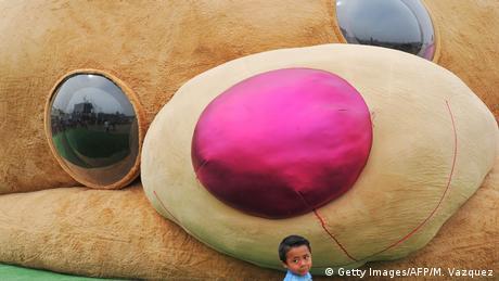 Ovaj Teddy medo je ušao u Guinessovu knjigu rekorda. Visok je 20 metara i težak četiri tone. Najveća je plišana igračka ove vrste na svijetu. Onaj ko želi vidjeti velikog medu treba otići u meksički Xonacatlan.