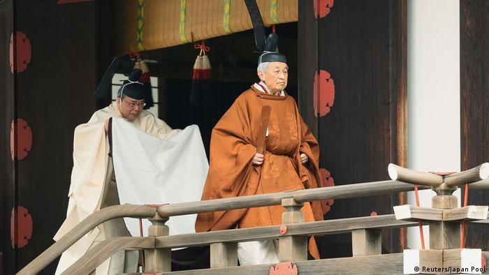 Imperador Akihito participa de ritual xintoísta, parte do rito que marca o fim de seu reinado de 30 anos no Japão