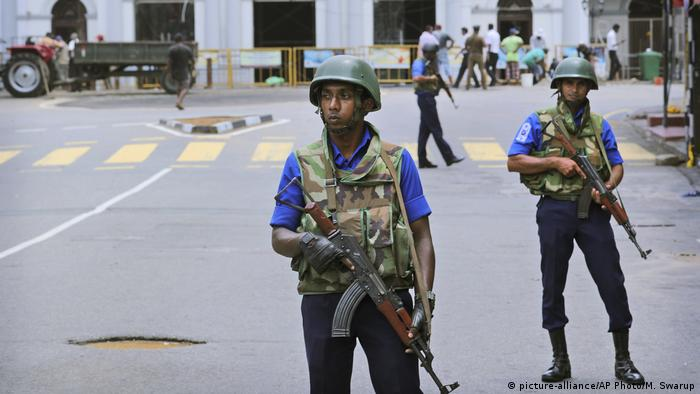 Sri Lanka Colombo - Soldaten vor Kirche (picture-alliance/AP Photo/M. Swarup)