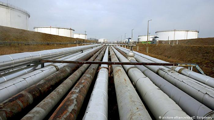 Трубы и резервуары нефтепровода Дружба
